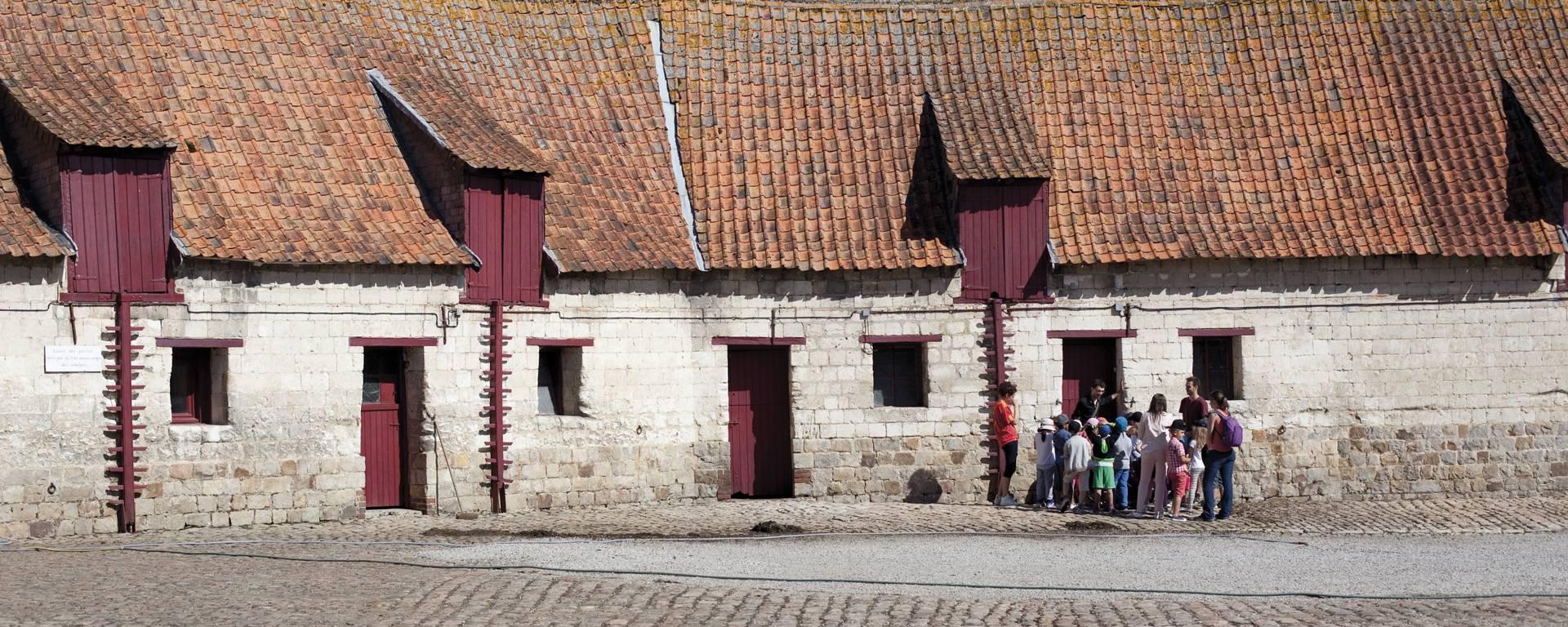 Dans la basse-cour du Château d'Olhain - Fresnicourt-Le-Dolmen © Brigitte Baudesson