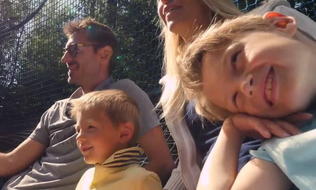 En famille dans les filets suspendus au parc d'Olhain