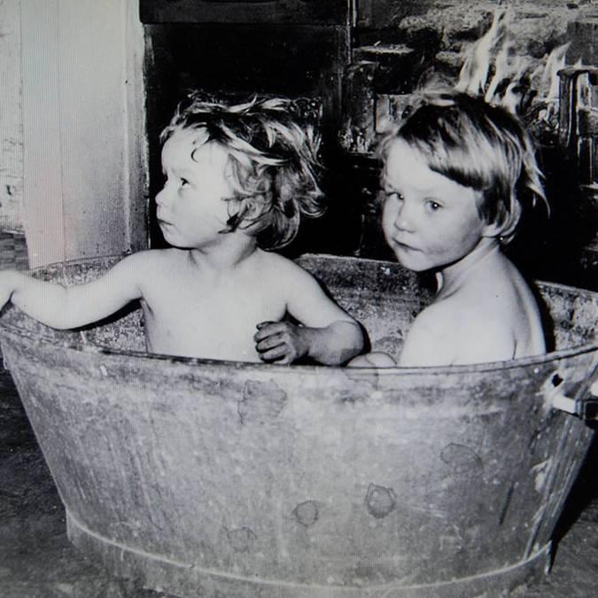 Lavage des enfants dans la lessiveuse en zinc