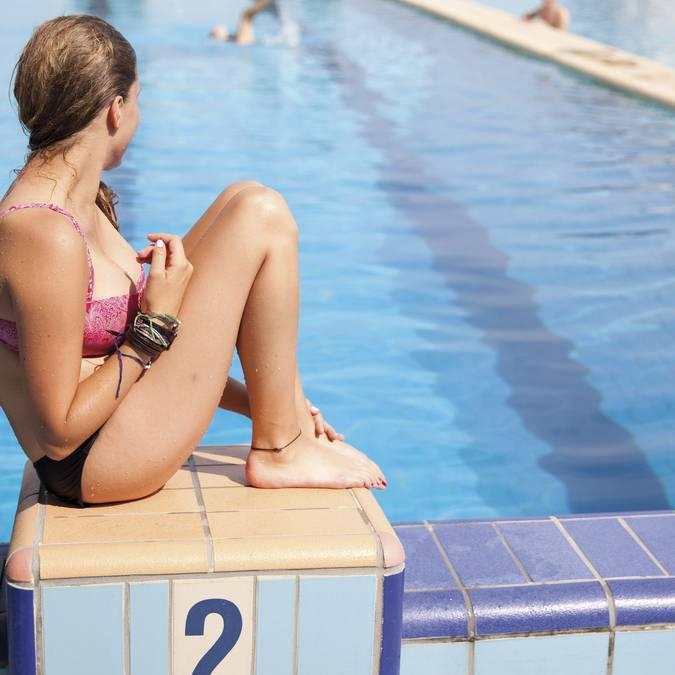 Détente aux abords de la piscine Art déco © Brigitte Baudesson