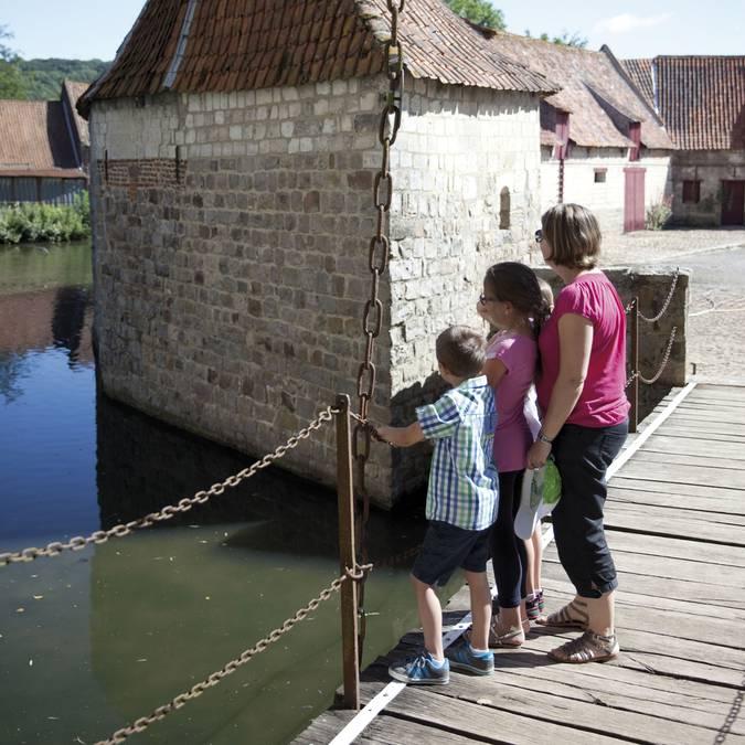 Sur le pont-levis du Château d'Olhain - Fresnicourt-Le-Dolmen © Brigitte Baudesson